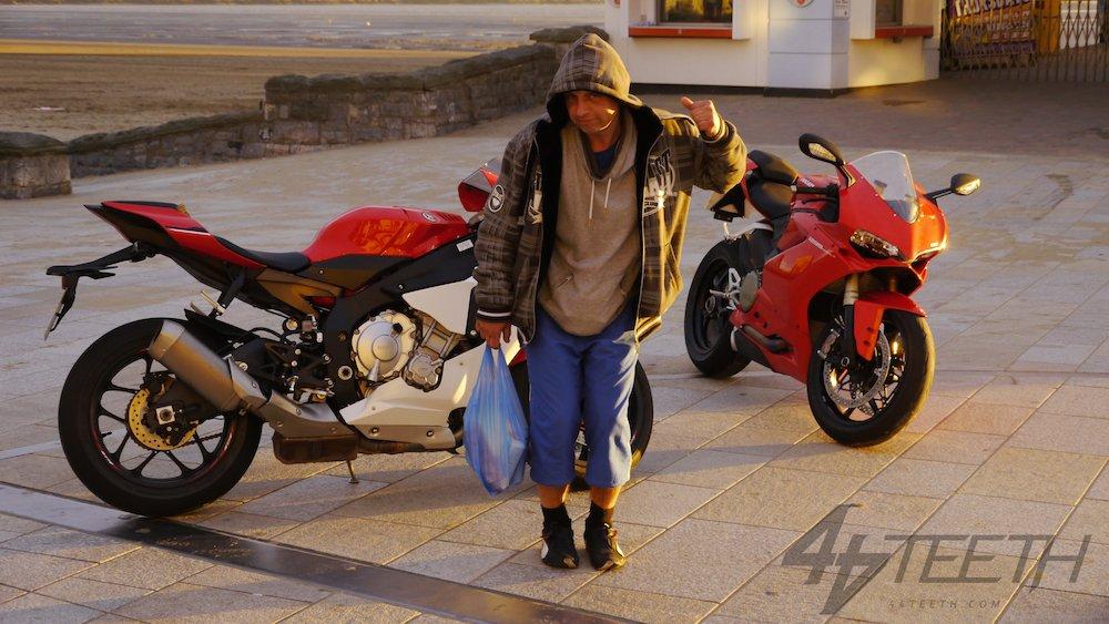 Video: Ducati 1299 Panigale v Yamaha R1