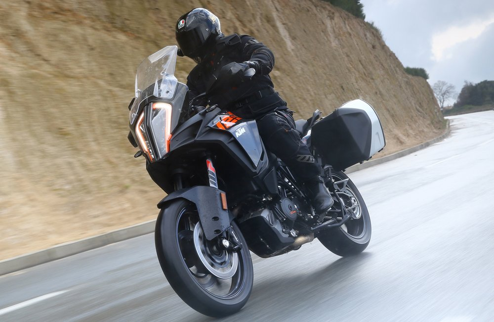 Video: KTM 1290 Super Adventure S vs 1090 Adventure